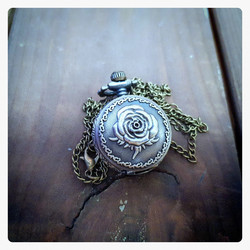 Small battery pocket watch with rose decor