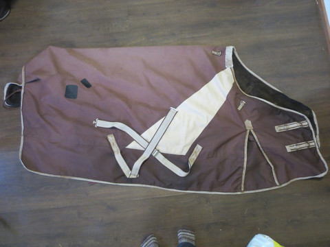 Horse House-merkkinen fleecevuorellinen sadeloimi kaulakappaleella