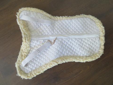 Hieman muotoiltu teddyromaani, valkoinen PONY