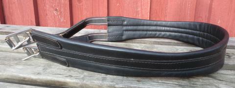 Anatomisesti muotoiltu nahkainen musta satulavyö, 115 cm