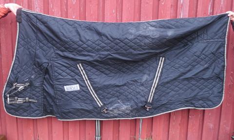 Musta sisätoppaloimi korotetulla kaulaosalla, n. 150 g täyte 145 cm