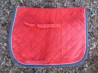 Pikkuponin punainen neliöhuopa sinisillä kanteilla SHETTIS