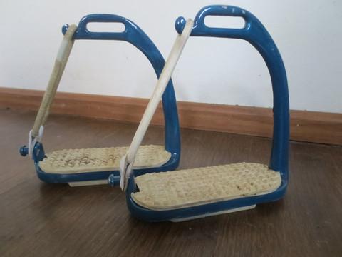 Siniset turvajalustimet kumilenkeillä, 12 cm