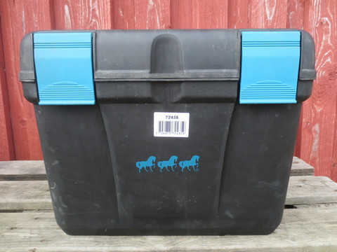 Musta harjapakki sinisellä kahvalla ja kiinnityslukoilla