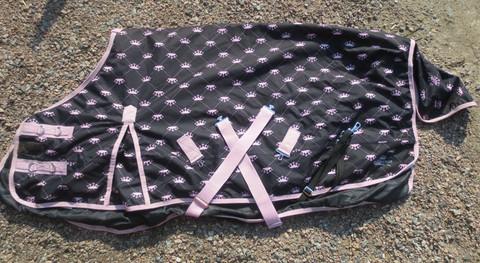 Musta ulkotoppaloimi  vaaleanpunaisilla kruunukuvioilla 200 g 125 cm