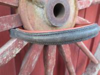 Musta otsapanta, jossa punertava vuoraus, 41 cm