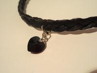 Kaulakoru mustalla swarowski-sydämellä ja hopean värisillä kaloteilla