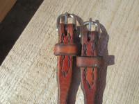 Punertavaa nahkaa oleva leukaremmi, pituus 58 cm, käsin tehty