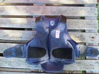 Sininen turvaliivi, aikuisten M kokoinen, edessä tarrat ja vetoketju