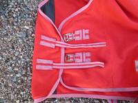 QHP punainen fleeceloimi, 110 cm