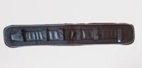 Finn Tackin musta silapehmuste valkoisella koristenyörillä 97 cm