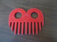 Muovinen punainen harjakampa  1 kpl, erilaisia