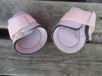 Horze vaaleanpunaiset hivutussuojat takajalkoihin SHETTIS