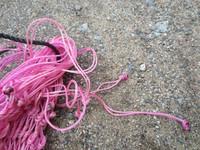 Isohko pinkki slow feeder heinäverkko, reikäkoko 5 x 5 cm