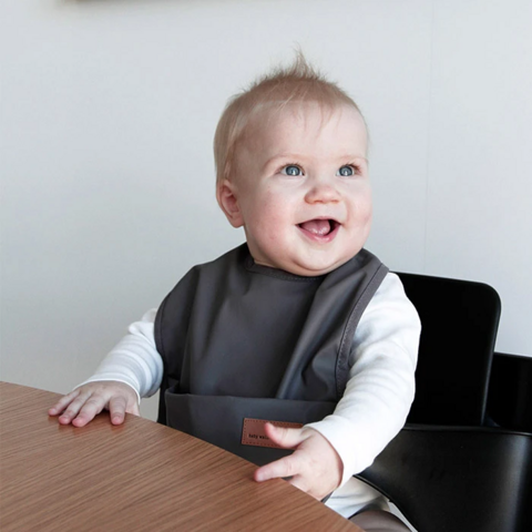 BabyWallaby -ruokalappu, tummanharmaa