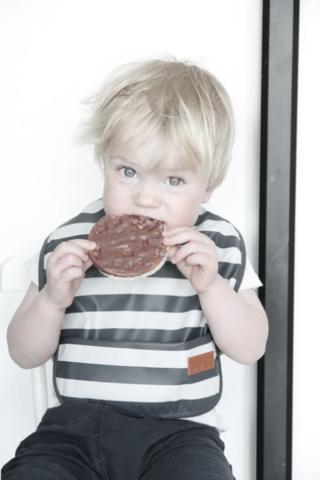 BabyWallaby -ruokalappu, harmaaraidallinen