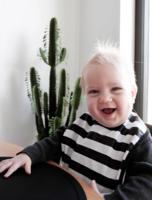 BabyWallaby -ruokalappu, musta-valkoraidallinen