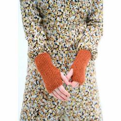 Pientä ja lämpöistä -neulekirja käsineistä ja myssyistä