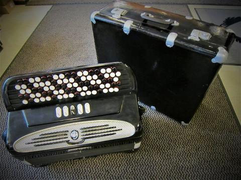 Myydään asiakkaan lukuun Haitari Giulietti 3-äänikertainen (käyt) + laukku (käyt)
