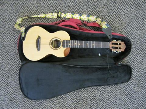 Myydään asiakkaan lukuun Tenori ukulele Flight Victoria + pussi (käyt)