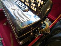 Myydään asiakkaan lukuun Haitari Finlandia 4-äänikertainen (käyt) + laukku (käyt)