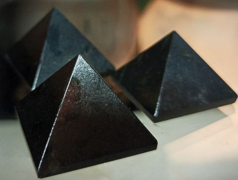Sungiitti, pyramidi 30/30/23  mm