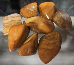 Keltainen jaspis rumpuhiottu kivi