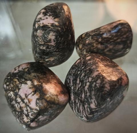 Rodoniitti rumpuhiottu kivi 25-30 mm