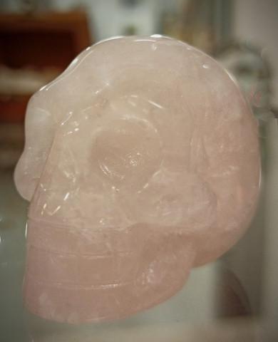 Kivinen pääkallo, ruusukvartsia