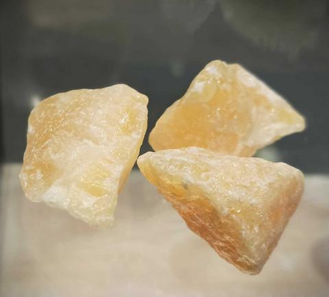 Keltainen kalsiitti, raakakivi 40-50 mm