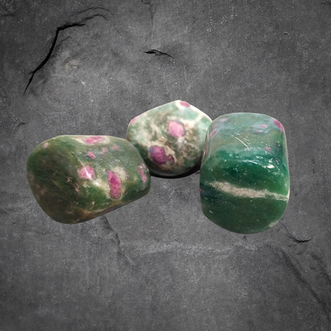 Rumpuhiottu kivi, rubiinia fuksiitissa