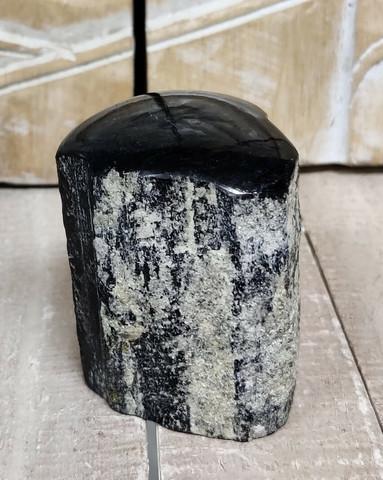 Turmaliini, päältä hiottu, n. 65/45 mm