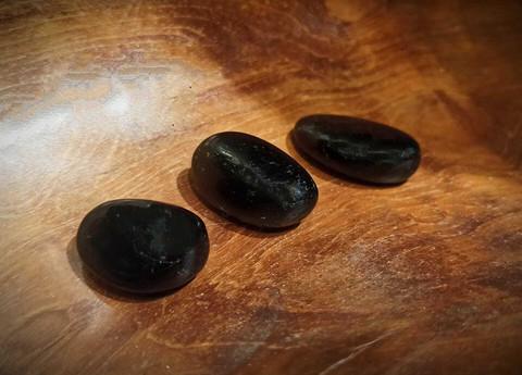 Rumpuhiottu kivi, musta turmaliini