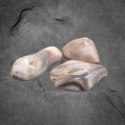 Rumpuhiottu kivi, pinkki akaatti 20-30 mm
