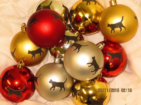 Joulukuusenpallo kissa istuu LK