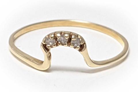 Kultasormus kaarella kolmella timantilla, kultaa