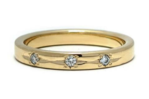 Timanttisormus kolmella timantilla, keltakultaa 0,09ct