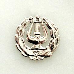 Ylioppilaslyyra rintaneula, hopeaa