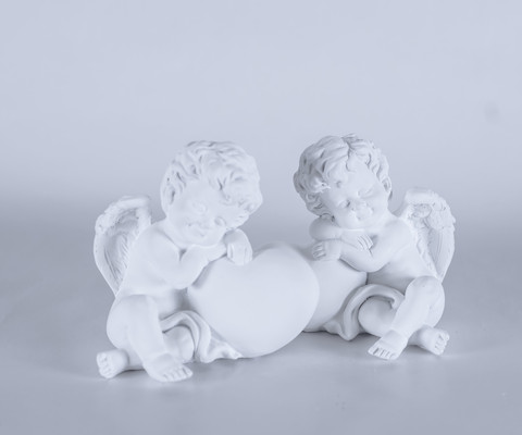 Angel figurine with heart 12cm