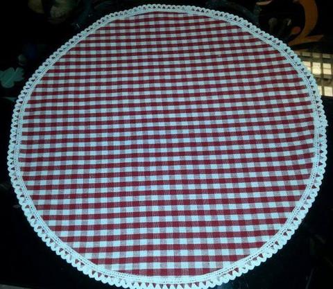 Pyöreät pöytätabletit pitsillä, punaruutu