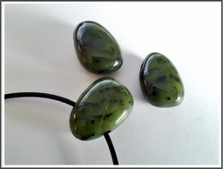 Jade nefriitti riipuskivi, pisara