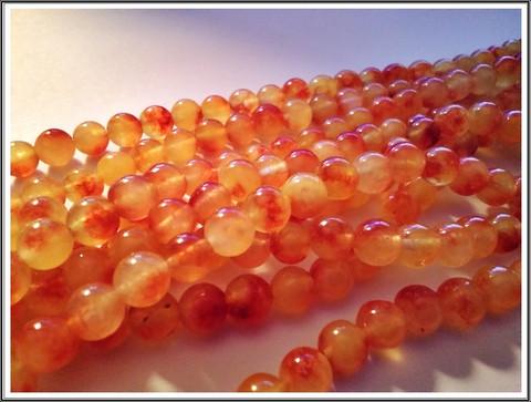 Värjätty jade, Ø 8 mm pyöreä, oranssi/kirjava, nauha