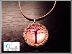 Riipuskoru 'Pinkki puu', puisella korupohjalla ja nahkanauhalla