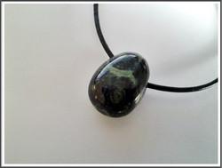 Kambabajaspis (Eldariitti) riipuskivi, pisara/ovaali