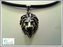 Leijona riipuskoru paksulla nahkanauhalla, ruostumaton teräs