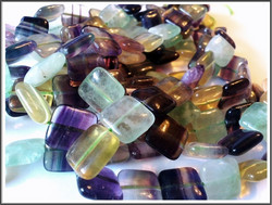 Sateenkaarifluoriitti, 14 mm pullea neliö, ½ nauha