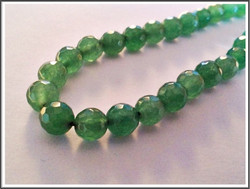 Aventuriini Ø 6 mm, pyöreä fasetoitu, vihreä, ½ nauha