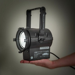 Showtec Performer Fresnel Mini, 30W, 3100K, Battery Powered + Barndoor