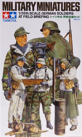 German Soldiers at Field Biefing, 1:35