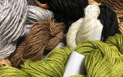 Veera-pellavalankaa eri kokoisia ja värisiä